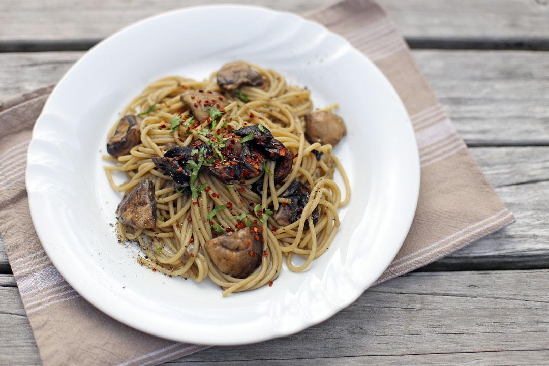 spaghetti aglio olio e funghi. Black Bedroom Furniture Sets. Home Design Ideas